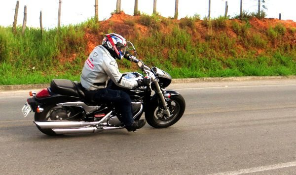 Suzuki M800 em movimento chama atenção com os grandes escapamentos cromados