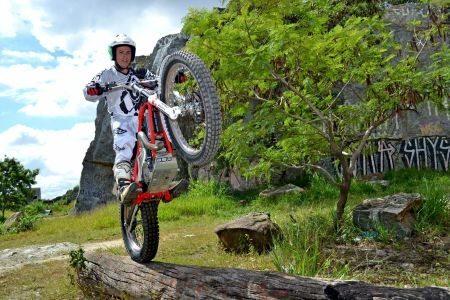 O piloto de trial Tiago Vermelho