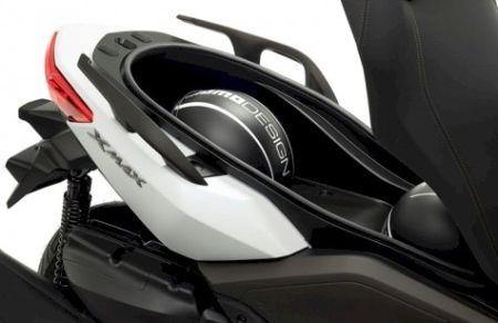 Segundo o fabricante, sob o banco cabem dois capacetes fechados