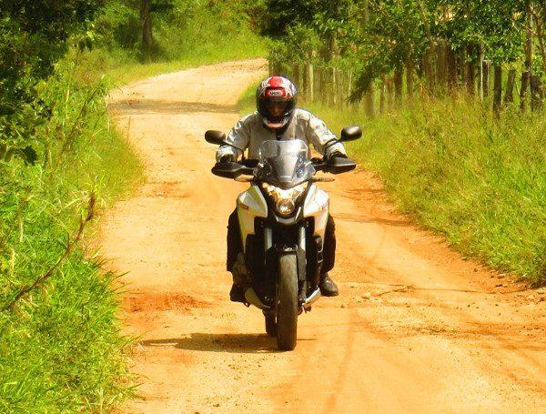 Uma moto que se integra bem com a paisagem rural