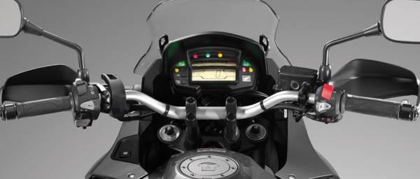 A visão do painel é boa, ele tem dois grandes visores, um para o tacômetro de barras e outro para o velocímetro digital e outras informações