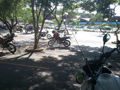 Amplo estacionamento para motos com muita sombra