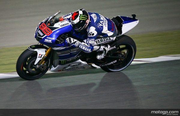 Jorge Lorenzo começou a defesa do título de MotoGP™ da melhor forma possível, vencendo no domingo o Commercial Bank Grande Prémio do Qatar. Valentino Rossi recuperou de um erro para chegar ao segundo posto e Marc Márquez pisou o pódio na sua estreia