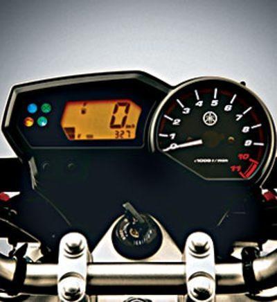 A Yamaha tem um painel bem atualizado, com todas as funções mais importantes