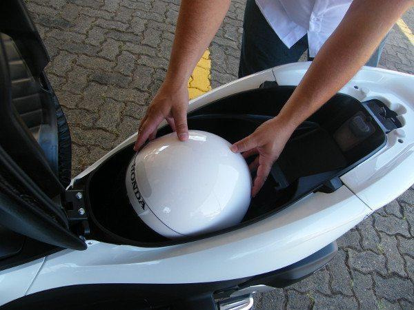 Bom espaço sob o assento para um grande capacete e outros objetos