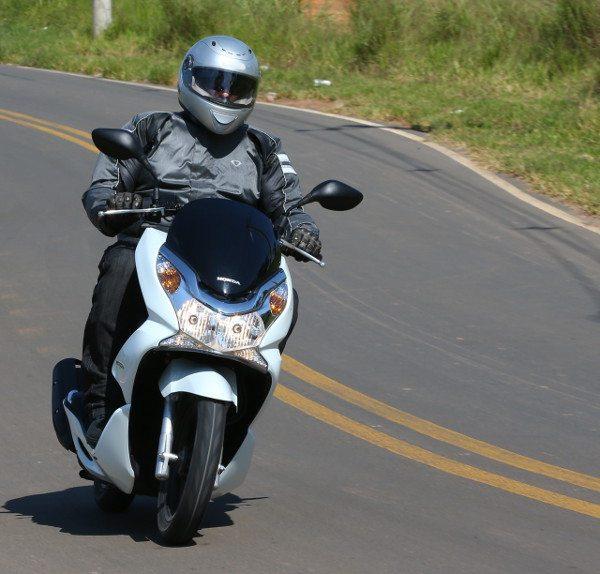 Estável e seguro, o PCX vai bem até os 100 km/h no velocímetro
