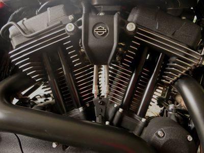 O motor V2 Evolution nessa moto tem a injeção em duto vertical - Grande radiador de óleo colabora com o ar para manter o motor em temperatura normal de trabalho