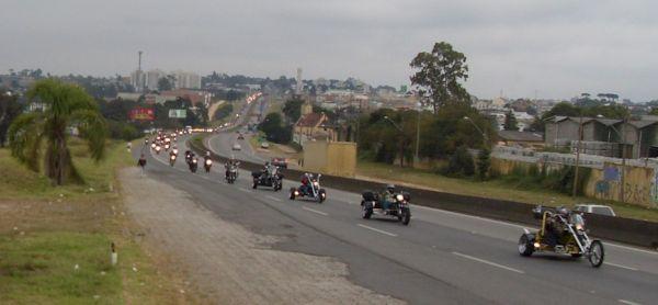 Até onde se enxerga a estrada, uma fila interminável de motos