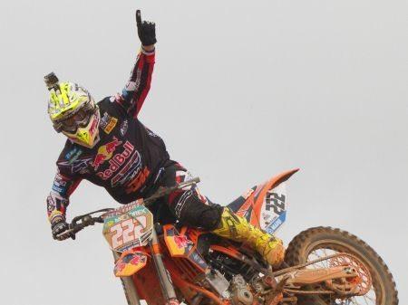 Antonio Cairoli comemorando a vitória em pleno salto