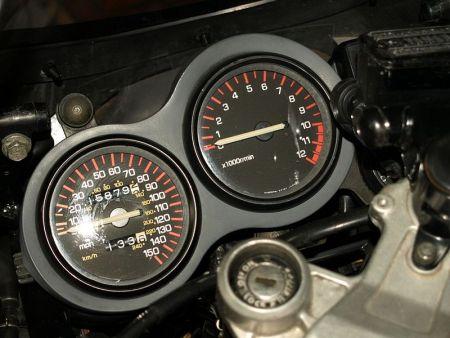 """O ponteiro do velocímetro era """"desobediente"""" e insistia em ultrapassar as 150 m/h (240 km/h), marcação superior de velocidade da RD 500"""