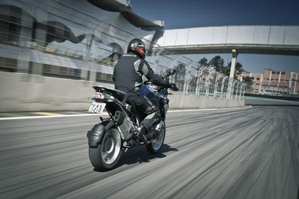 No asfalto o comportamento é previsível e a participação dos pneus é marcante