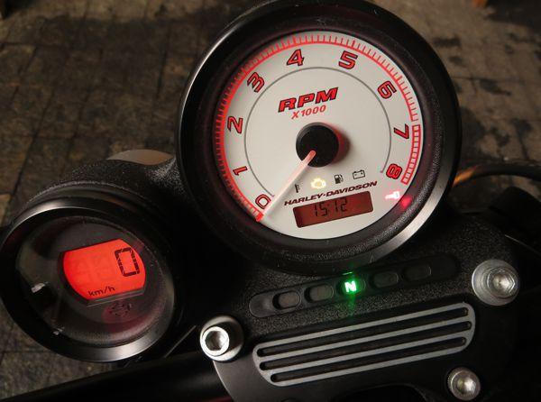 Panel simples mostra que esse motor tem rotação mais alta que o normal para uma Harley...