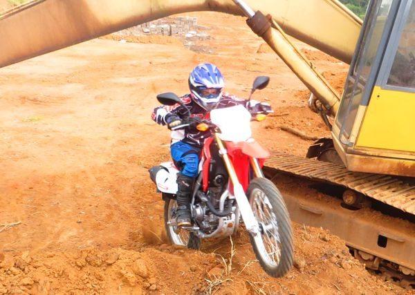 Moto leve e de fácil manejo - Andar nela é diversão garantida