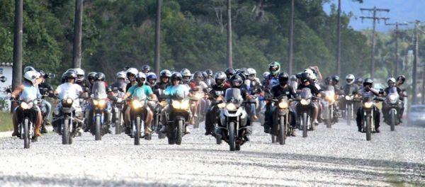 As motos literalmente tomaram as ruas de Cananéia (SP) - foto de Juan Reol