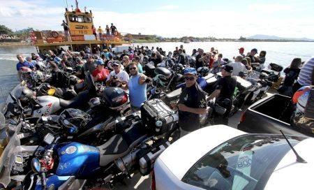 Parte das motos lotando o ferry-boat de Cananéia - foto de Juan Reol