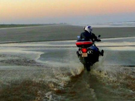 Cananéia ainda é um dos poucos lugares do sul do País onde se pode andar de moto na praia - foto de Júlio Recchia
