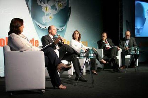 Cristina Hoffmann, Marcelo Araújo, Isabel Lins, Daniel Annenberg, e o jornalista Roberto Agresti em debate