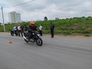 Cuidado para não ser ejetado da moto