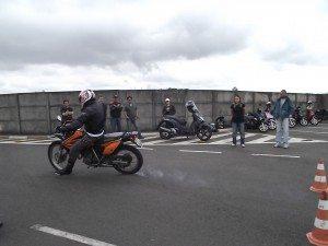 Travamento da roda traseira e derrapagem; moto sem ABS