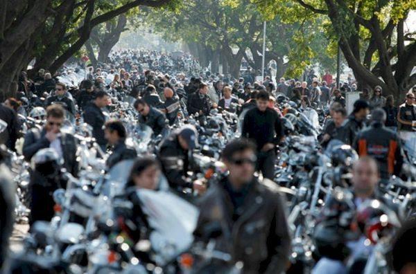 A foto dá uma idéia da quantidade de motos e  motociclistas no evento