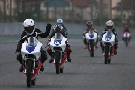Emoção no primeiro contato com a moto na pista