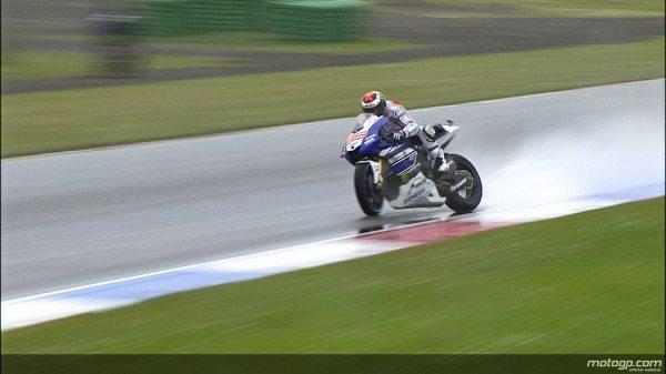 Lorenzo perde o controle da moto por causa de uma poça d'água