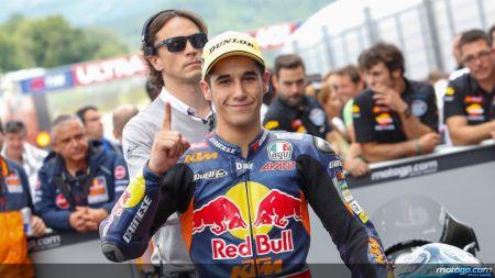 Luis Salom, da Red Bull KTM Ajo, comemora a vitória em Mugello