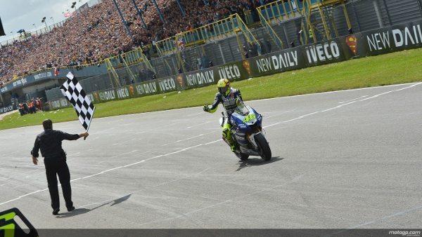 Rossi recebe a bandeira quadriculada em Assen