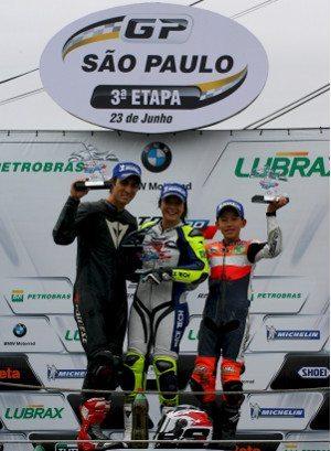 Pódio da GPR 250 teve Igor Calura em segundo, Sabrina Paiuta como a vencedora e Meikon Kawakami em segundo lugar