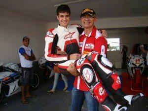 Professor Alzenrile segura Wagner Duarte Filho, jovem talento da categoria Ninja 300!