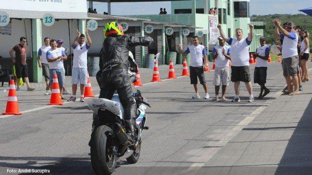 Equipe Moto Shop Suzuki comemorando a vitória do paulista Marco Aurélio Brunheroto na PRO 1000cc.