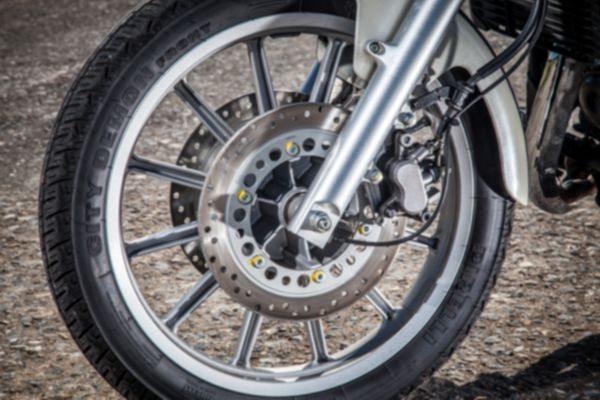 Duplo disco dianteiro e disco na traseira proporciona equilíbrio nas frenagens