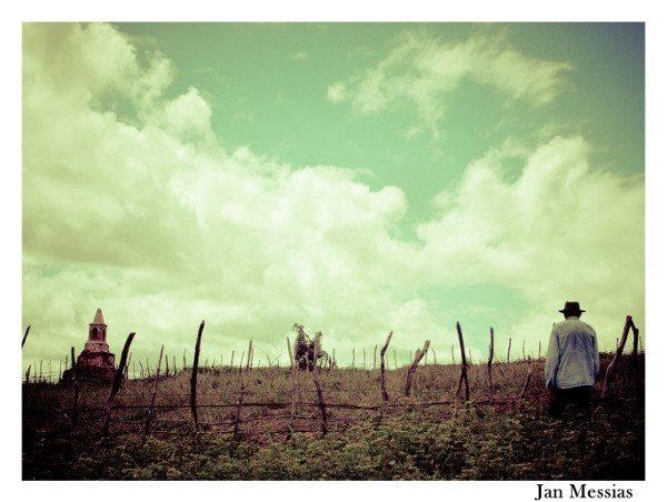 Sr. Raimundo caminhando para as ruínas do cemitério antigo; ao fundo a única sepultura que resta da vila antiga de São José de Piranhas