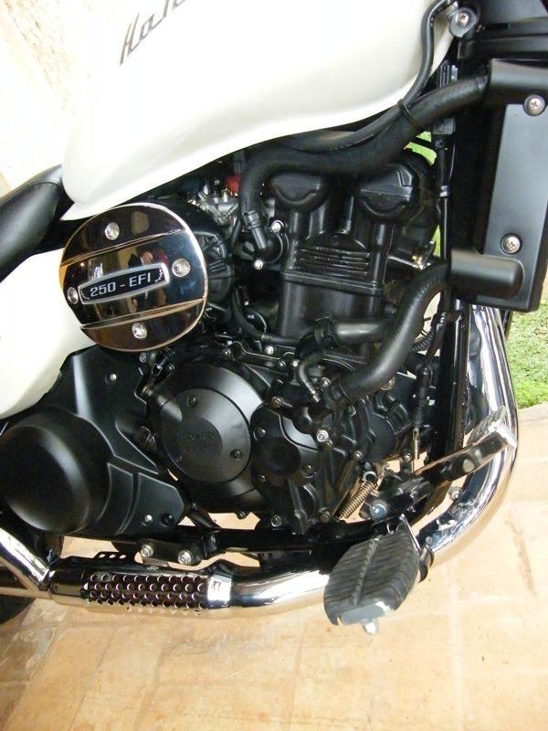 mecanica simples parece mais complicada do que na verdade é; peças plásticas dão a impressão de motor maior