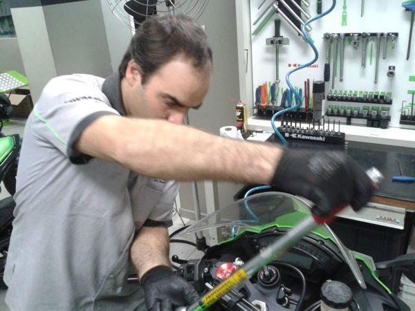 O especialista em motos super-sport da Kawasaki fazendo o reaperto ao torque correto nos parafusos da moto