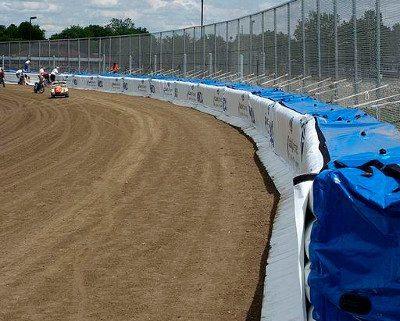 O colchão de ar diminui sensivelmente o impacto de pilotos com muros e outros tipos de proteção nas pistas