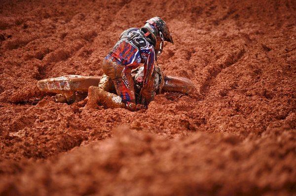 ♫ Levanta, ♪ sacode a lama ♪ e dá a volta por cima ♫