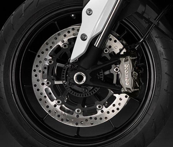 Rodas leves e freios de fixação radial proporcionam segurança e respostas rápidas