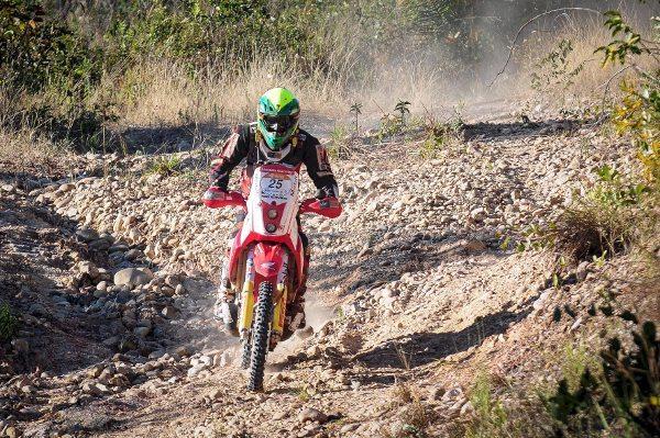 Lesionado no ombro direito, Jean Azevedo teve dificuldades nesta 7ª etapa - crédito: Dfotos/VipComm