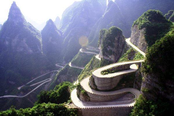 O difícil relevo da região exigiu muita criatividade dos engenheiros chineses