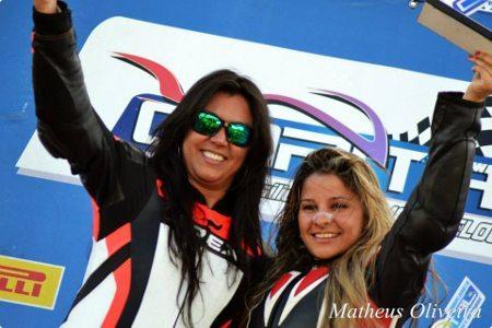 Autódromo de Brasília fica fechado para as motos até que as causas da morte da piloto Vanessa Daya sejam apuradas - Na foto: Vanessa com Indiana Munoz, também piloto
