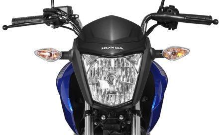 farol mais integrado ao desenho da moto, tem novo refletor, mais eficiente. Há menos perda de luminosidade para fora do foco principal