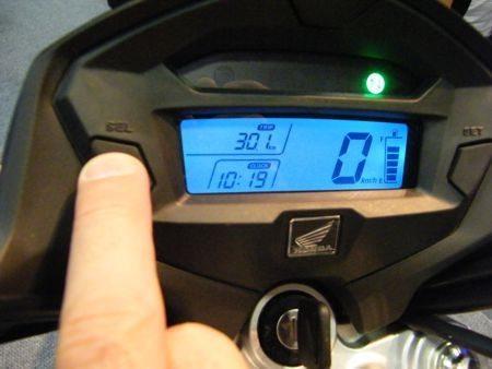 Os painéis digitais vão do mais simples, com fundo verde ao mais completo, com iluminação azul, relógio e outras funções