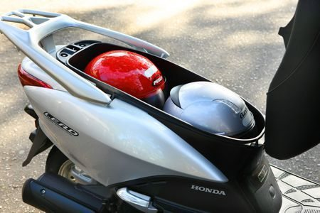 No Lead o compartimento sob o banco pode abrigar dois capacetes pequenos