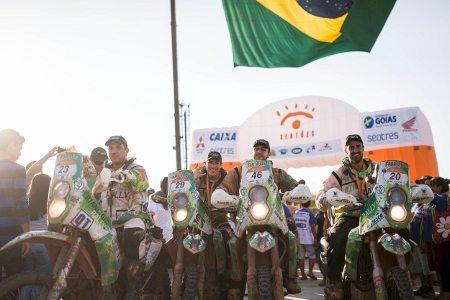 Equipe comemora na chegada em Goiânia