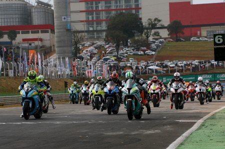 Largada das categorias GP Light e GP Máster para a 4ª etapa do brasileiro de motovelocidade