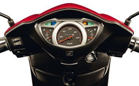 O painel da Lead conta com o grande velocímetro, medidores de temperatura do líquido de arrefecimento e do nível de combustível