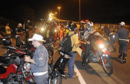 Na hora da blitz para moto, a verificação é geral: motos, motociclista