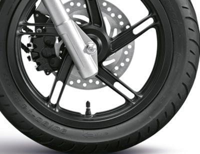 No freio combinado da Honda o pistão central da pinça dianteira funciona junto com o freio traseiro para melhor equilibrar a frenagem