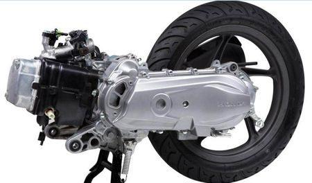 Num scooter o motor, transmissão e roda traseira formam um conjunto único que se move com a suspensão traseira